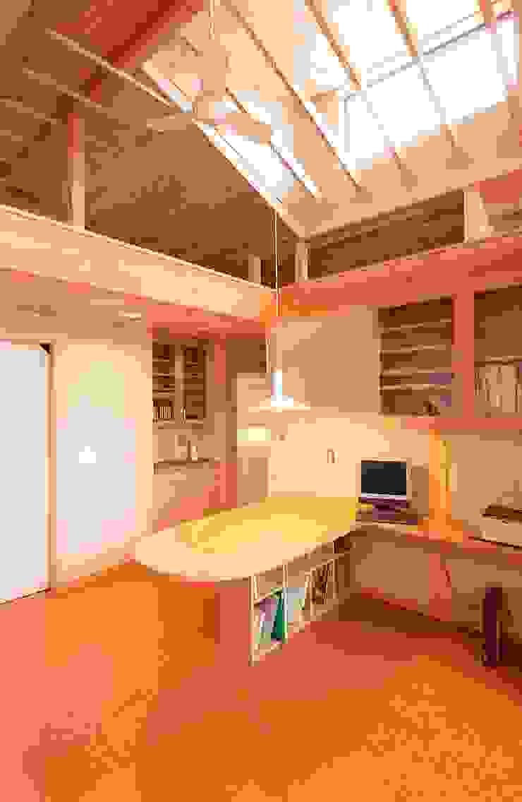 2階住宅部分のリビング、ダイニング オリジナルデザインの リビング の 氏原求建築設計工房 オリジナル