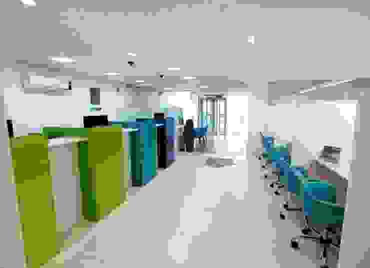 Agência Sicoob Adv – Joinville/SC – Estúdio Kza Arquitetura e Interiores Lojas & Imóveis comerciais modernos por Estúdio Kza Arquitetura e Interiores Moderno
