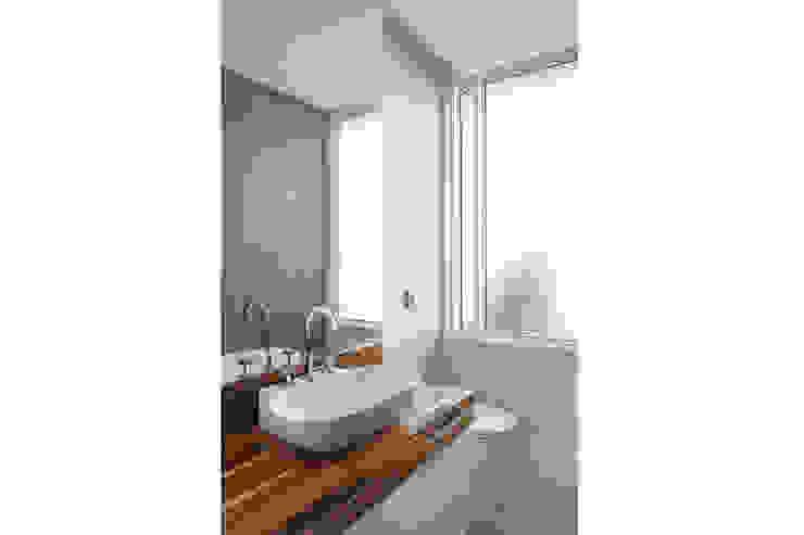 Residência Santiago Banheiros minimalistas por Lattoog Minimalista