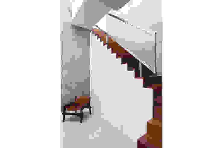 Residência Santiago Corredores, halls e escadas minimalistas por Lattoog Minimalista