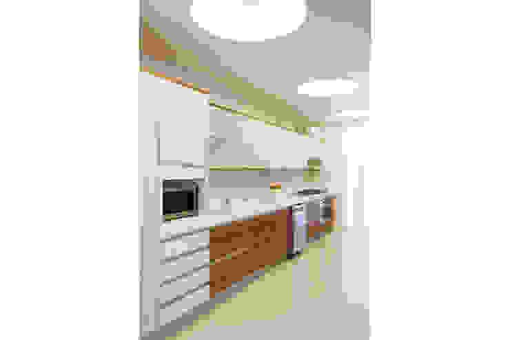 Residência Santiago Cozinhas minimalistas por Lattoog Minimalista