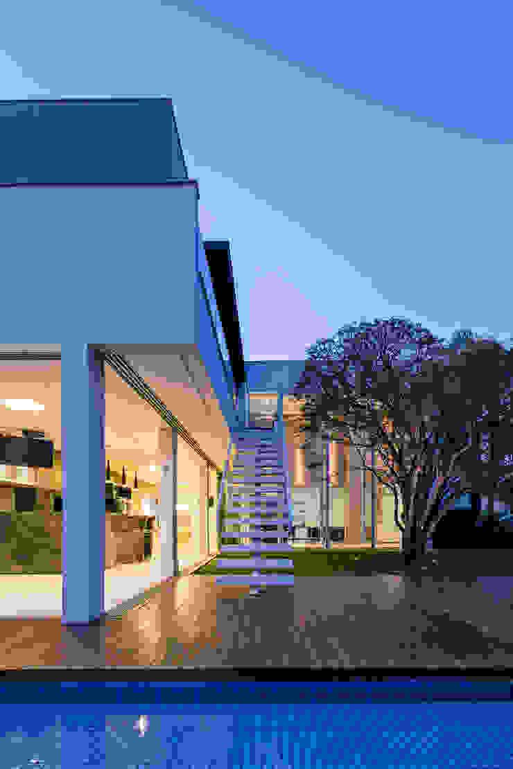 Pasillos, vestíbulos y escaleras modernos de Raffo Arquitetura Moderno