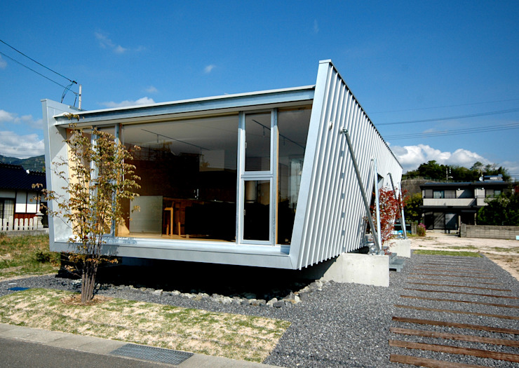 Slightly tilted inverted trapezoidal outer wall 土居建築工房 Small houses