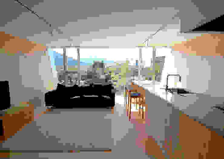 床、壁しな合板で船底をイメージ 土居建築工房 モダンデザインの リビング