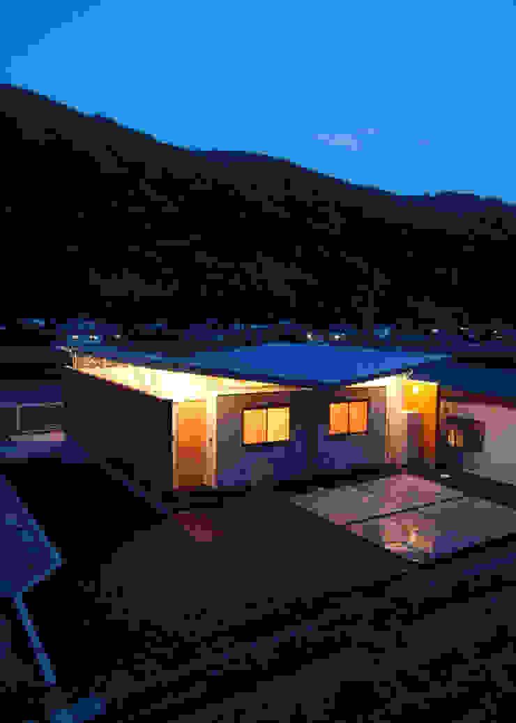 壁と屋根の隙間から光が漏れる モダンな 家 の 土居建築工房 モダン