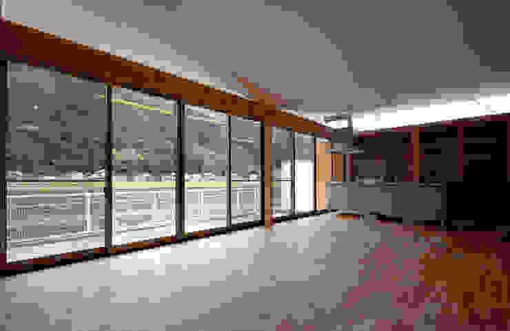 川、山、空が眺めれるLDK モダンデザインの ダイニング の 土居建築工房 モダン