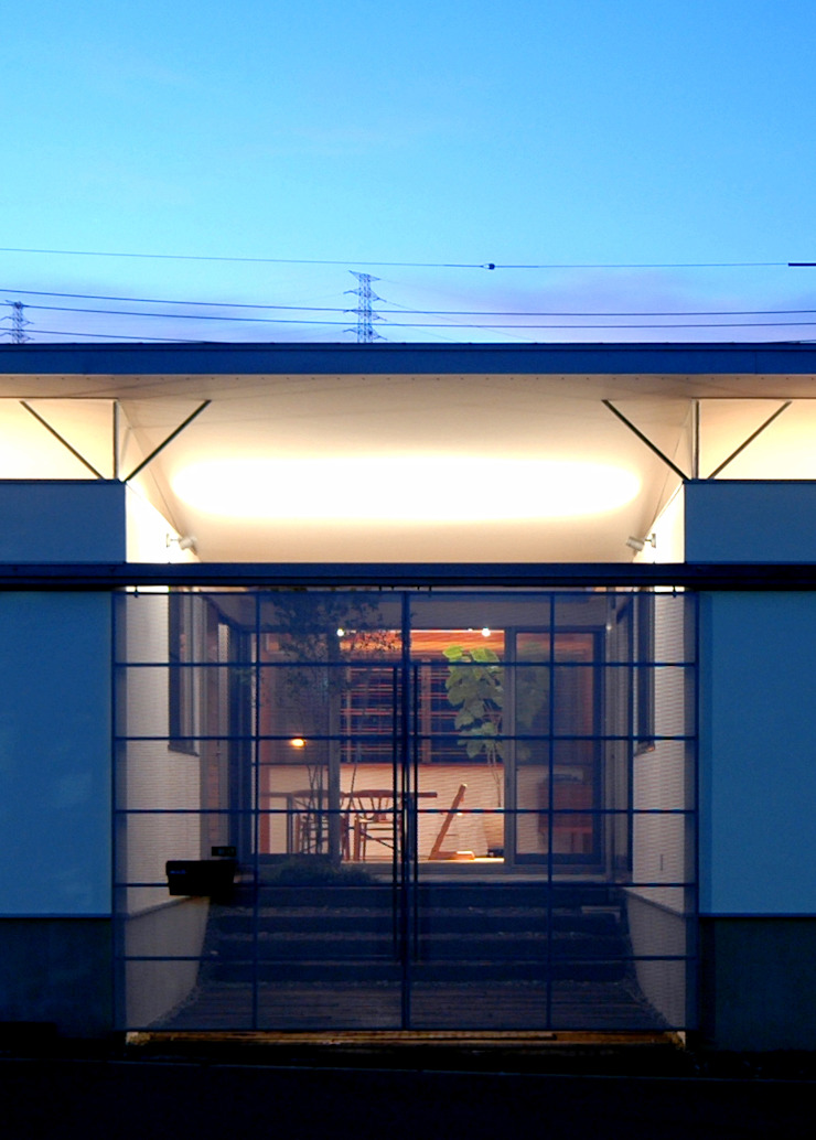 漆喰壁が映えるガレージ モダンな 家 の 土居建築工房 モダン