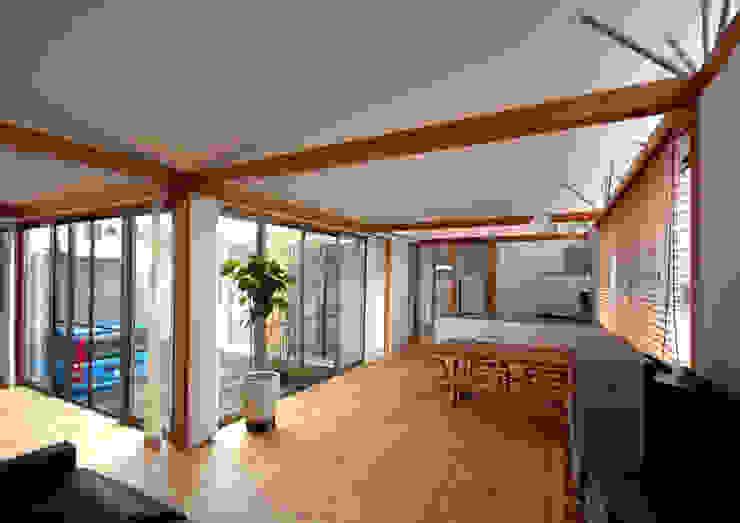 屋根勾配なりの天井が仕上がる モダンデザインの リビング の 土居建築工房 モダン