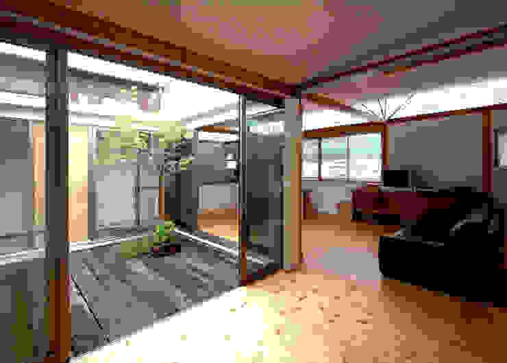 Jardines de estilo moderno de 土居建築工房 Moderno