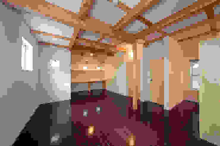 将来子供部屋に仕切れる多目的室。 モダンデザインの 多目的室 の 田崎設計室 モダン