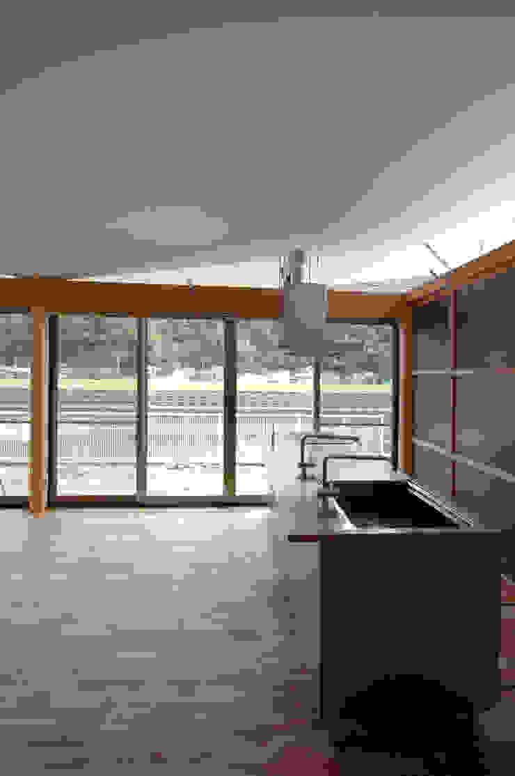 屋根勾配なりの内部空間 モダンな キッチン の 土居建築工房 モダン
