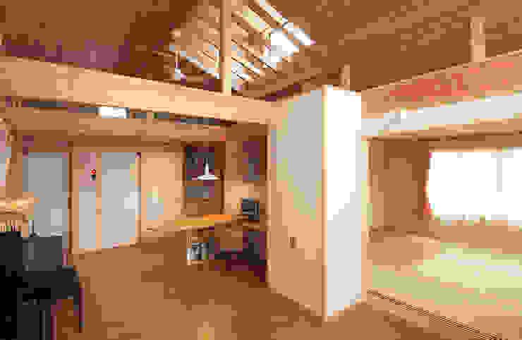 2階住宅部分のリビング、ダイニングから寝室を見る。 オリジナルデザインの リビング の 氏原求建築設計工房 オリジナル
