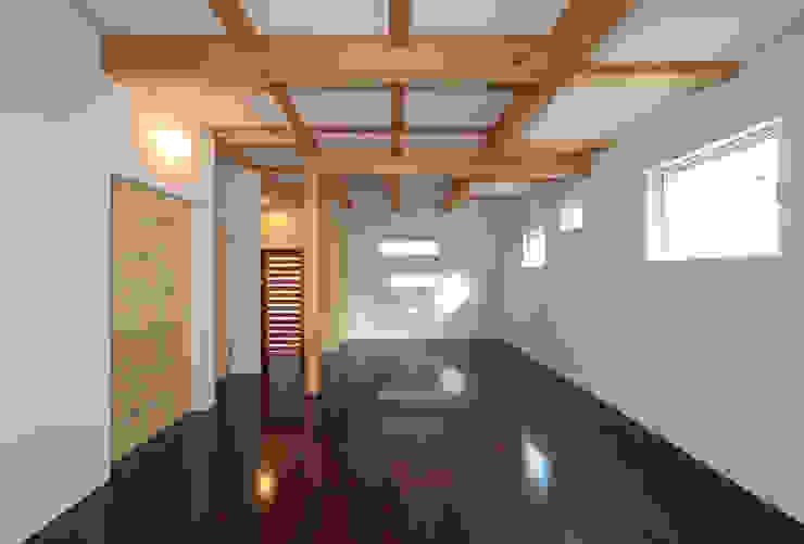 玄関と一体の多目的室 モダンデザインの 多目的室 の 田崎設計室 モダン