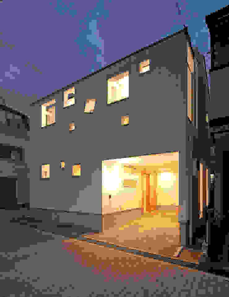ビルトインガレージの夜景 モダンな 家 の 田崎設計室 モダン