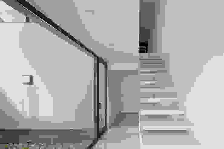 Escalera Pasillos, vestíbulos y escaleras de estilo minimalista de OKULTUS Minimalista