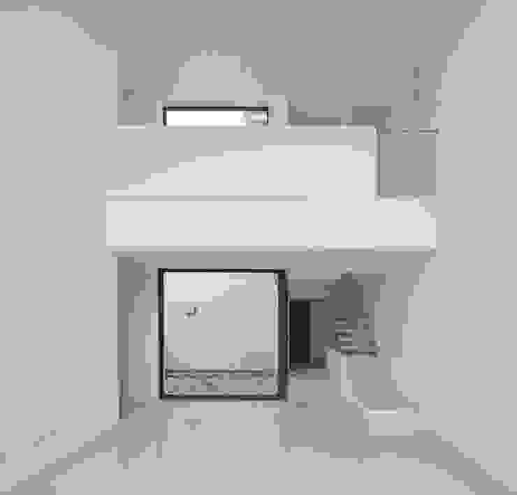 Escaleras Pasillos, vestíbulos y escaleras de estilo minimalista de OKULTUS Minimalista