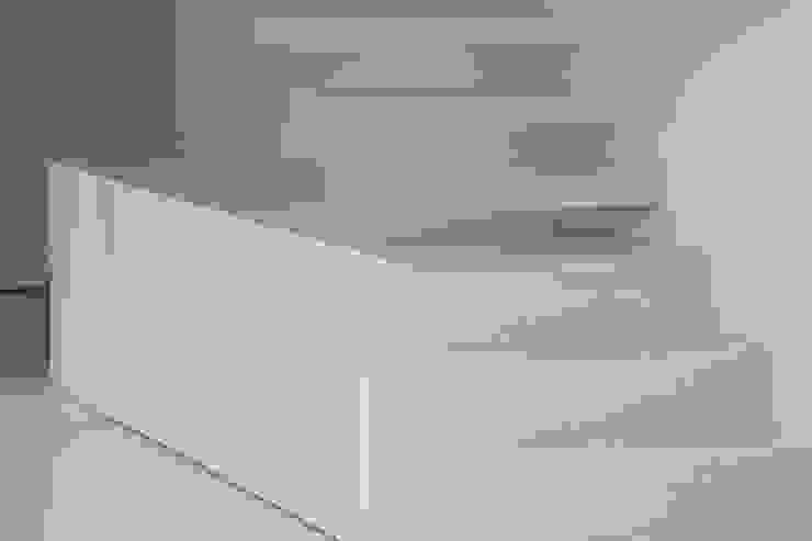 Escaleras Pasillos, vestíbulos y escaleras minimalistas de OKULTUS Minimalista