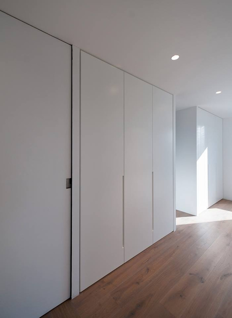 Frente de armario Vestidores de estilo minimalista de OKULTUS Minimalista
