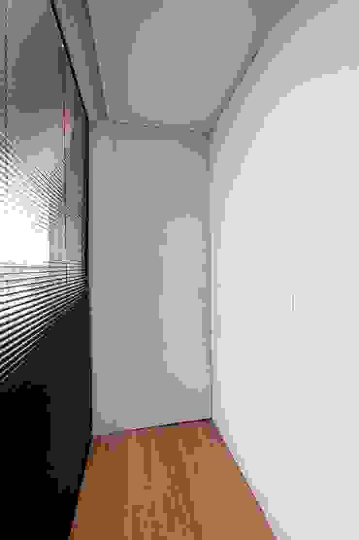Puerta SECRETO Puertas y ventanas de estilo minimalista de OKULTUS Minimalista