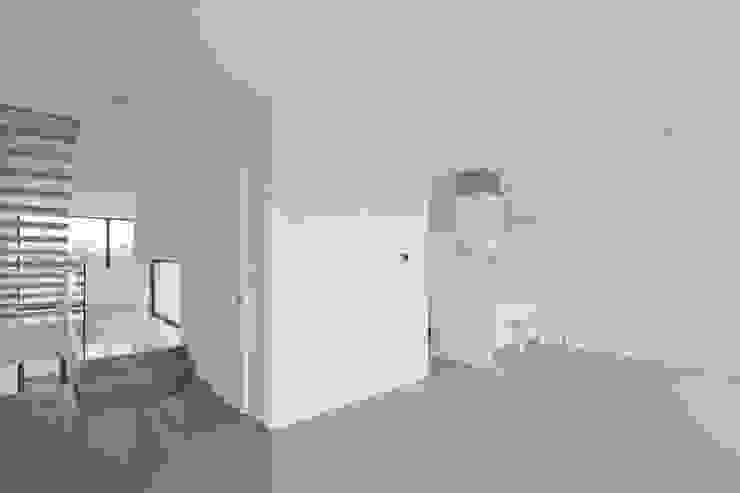 Puerta SLIDE Puertas y ventanas de estilo minimalista de OKULTUS Minimalista
