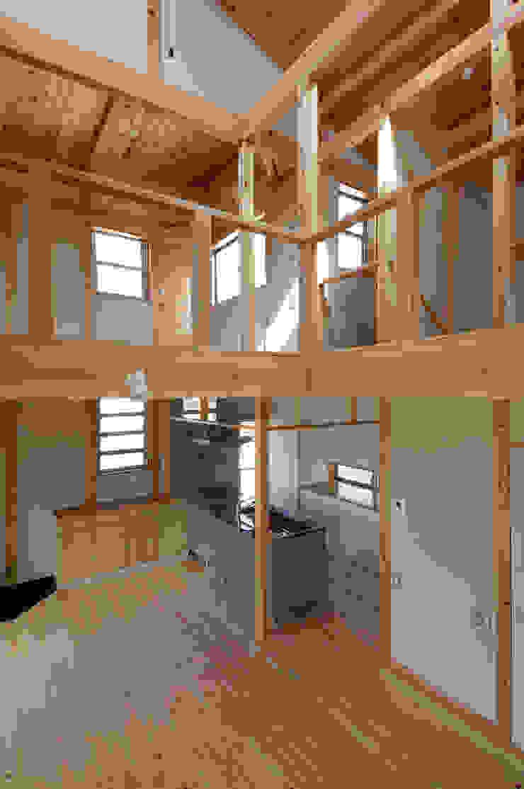 吹き抜けよりキッチンを見る。 オリジナルデザインの 多目的室 の 氏原求建築設計工房 オリジナル