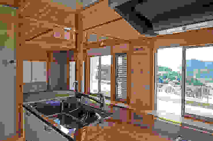 家の中心に位置するキッチンよりの眺め オリジナルデザインの キッチン の 氏原求建築設計工房 オリジナル