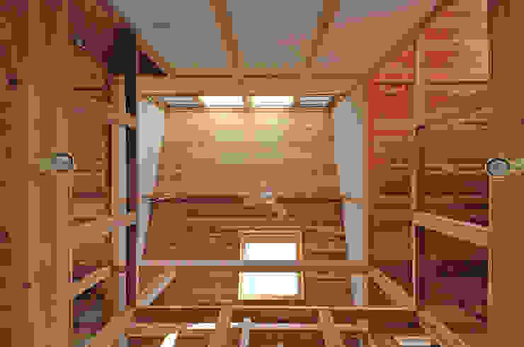 吹き抜け見上げ天井 オリジナルスタイルの 玄関&廊下&階段 の 氏原求建築設計工房 オリジナル