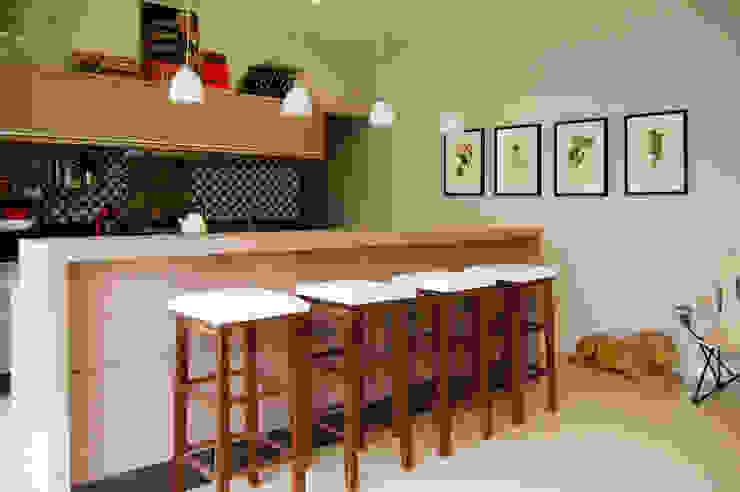 Área de lazer com espaço para refeições, cozinha e pub particular Cozinhas ecléticas por Sandro Clemes Eclético