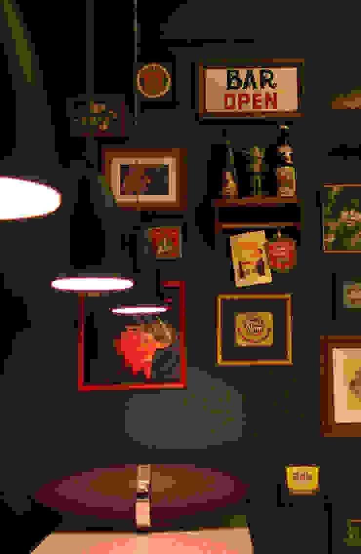 Área de lazer com espaço para refeições, cozinha e pub particular Adegas ecléticas por Sandro Clemes Eclético