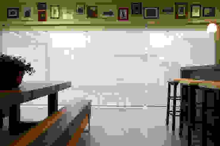 Área de lazer com espaço para refeições, cozinha e pub particular Salas de jantar ecléticas por Sandro Clemes Eclético