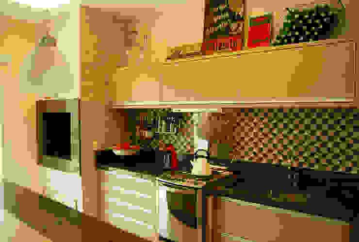 Área de lazer com espaço para refeições, cozinha e pub particular Cocinas eclécticas de Sandro Clemes Ecléctico