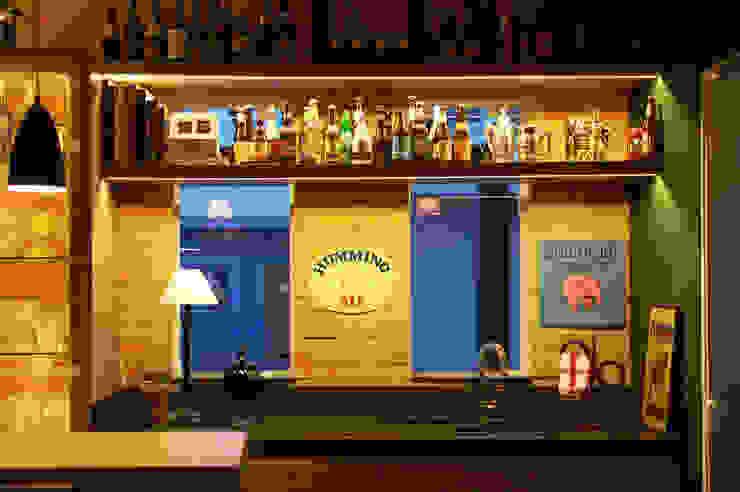 Área de lazer com espaço para refeições, cozinha e pub particular Cantina eclettica di Sandro Clemes Eclettico