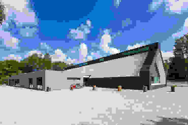 Achterzijde met kantoorruimten Moderne exhibitieruimten van BBHD architecten Modern