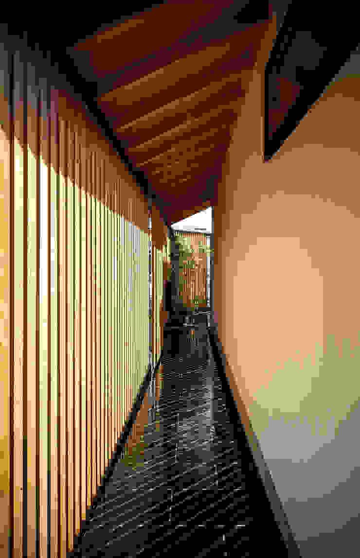 それぞれの庭の家 玄関口からエントランス方面をのぞむ 日本家屋・アジアの家 の 株式会社seki.design 和風