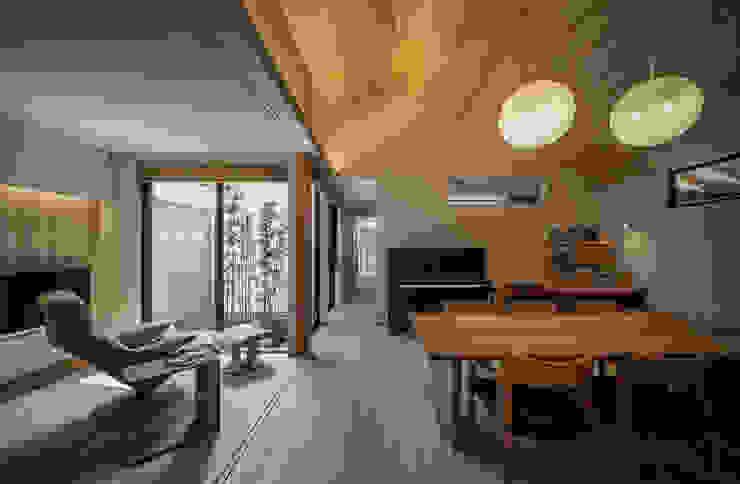 それぞれの庭の家 ダイニングとリビングと[黒竹と苔むす岩の庭] 和風デザインの リビング の 株式会社seki.design 和風
