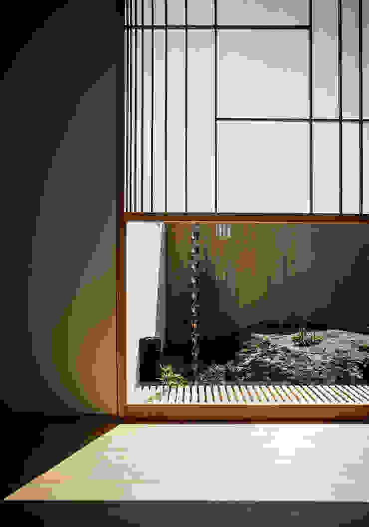 それぞれの庭の家 廊下から[陸ガメの暮らす大岩] 和風の 玄関&廊下&階段 の 株式会社seki.design 和風