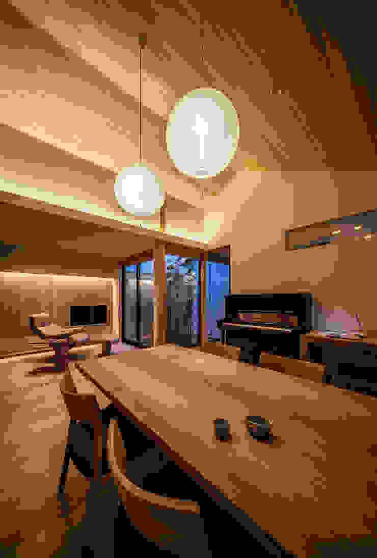 それぞれの庭の家 リビング夕景 和風デザインの ダイニング の 株式会社seki.design 和風