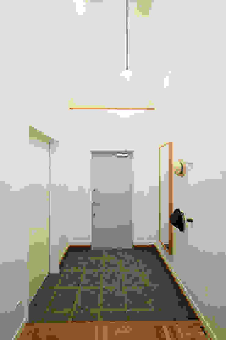 パパママハウス株式会社 Modern Corridor, Hallway and Staircase