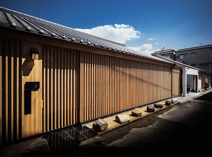 それぞれの庭の家 縦格子のファサード 日本家屋・アジアの家 の 株式会社seki.design 和風