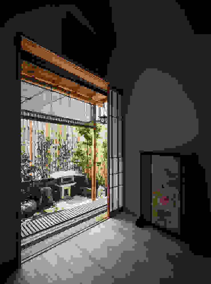 それぞれの庭の家 寝室から[紅葉と灯籠の庭] 和風の 寝室 の 株式会社seki.design 和風