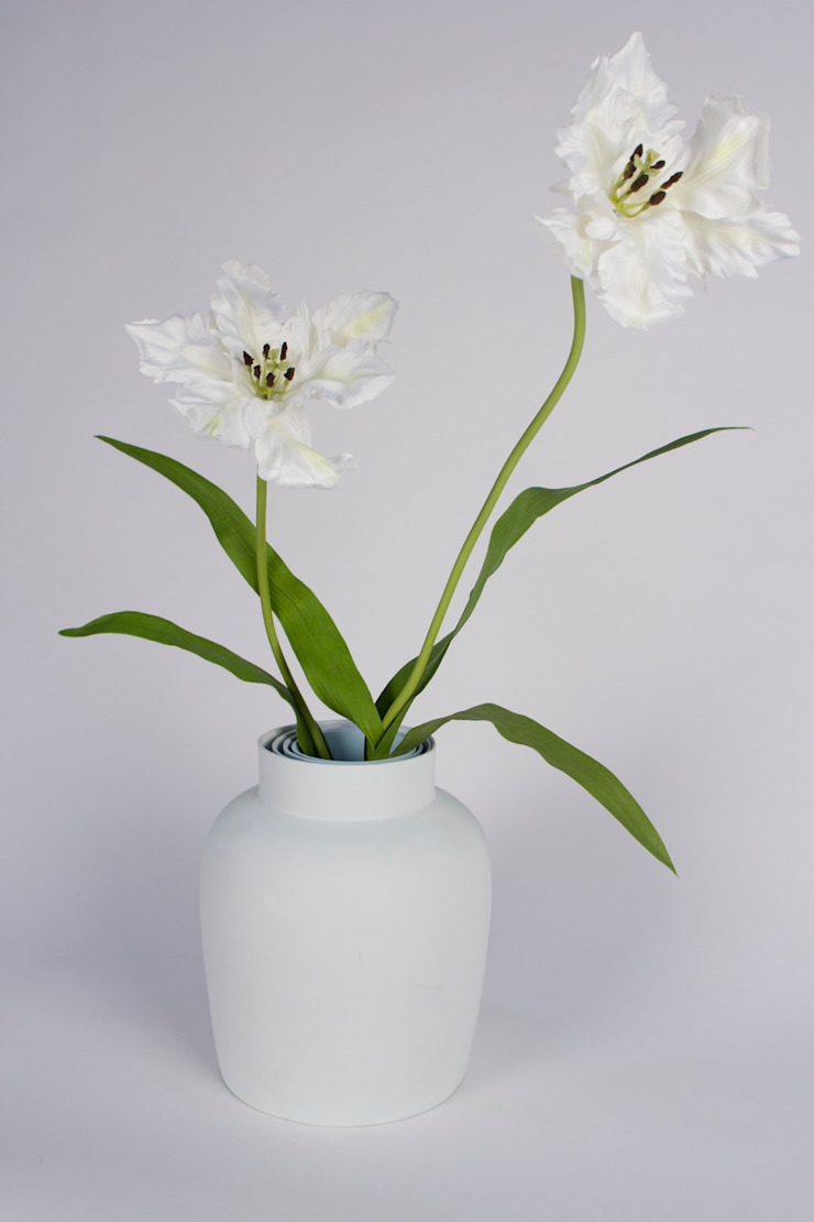 CURIOUS VASE met bloem: modern  door studio Mianne de Vries, Modern