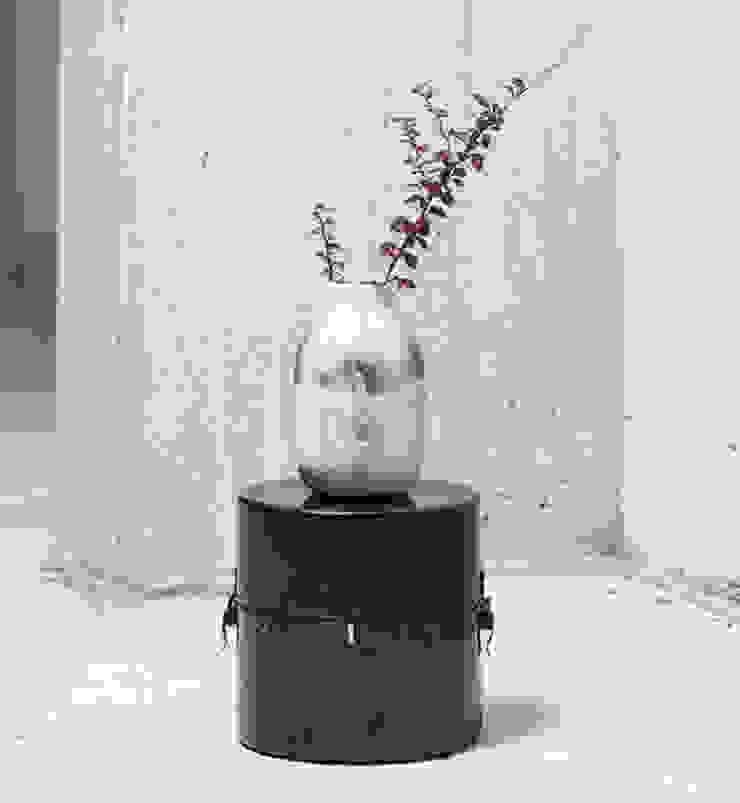Capture vase op box: modern  door studio Mianne de Vries, Modern