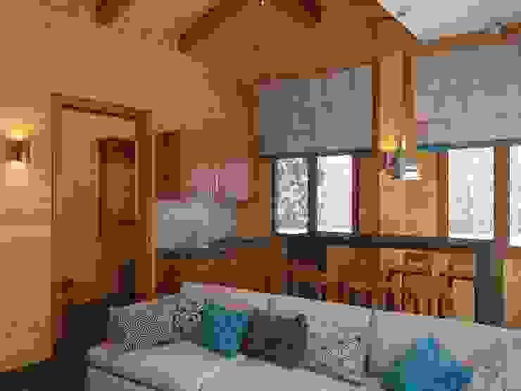 Гостиная в бане, вид на кухонную зону Кухни в эклектичном стиле от ArtBuro365 Эклектичный