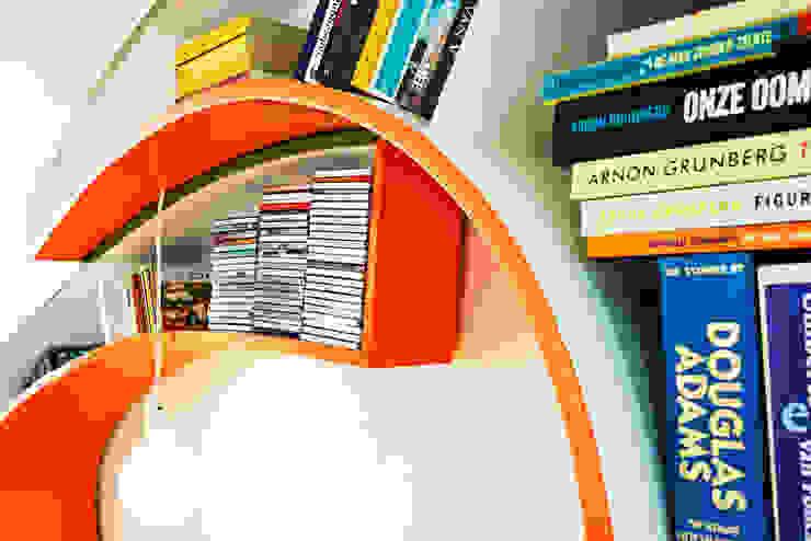 Bookworm: modern  door Atelier 010, Modern