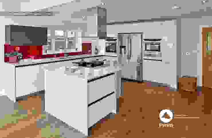 Durable glossy Oxshott kitchen. 現代廚房設計點子、靈感&圖片 根據 homify 現代風