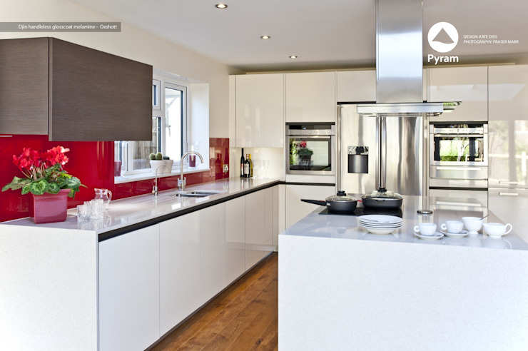 Durable glossy Oxshott kitchen. Modern kitchen by homify Modern