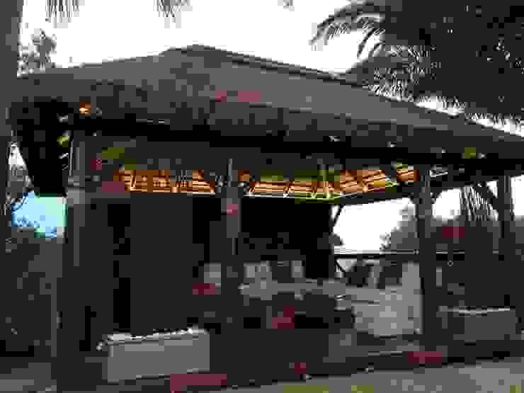 Pérgola de Junco Africano Casas de estilo tropical de GRUPO ROMERAL Tropical