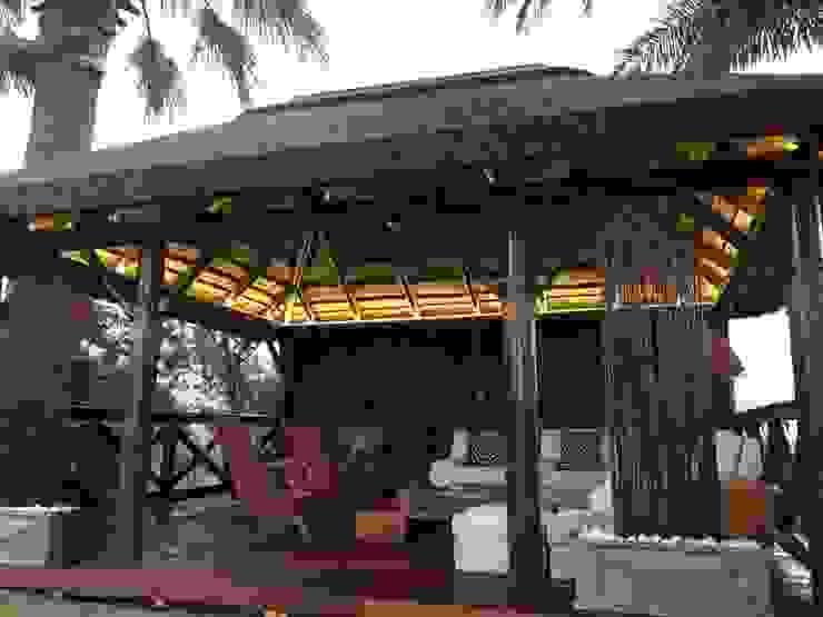 Pérgola de junco africano :  de estilo tropical de GRUPO ROMERAL, Tropical