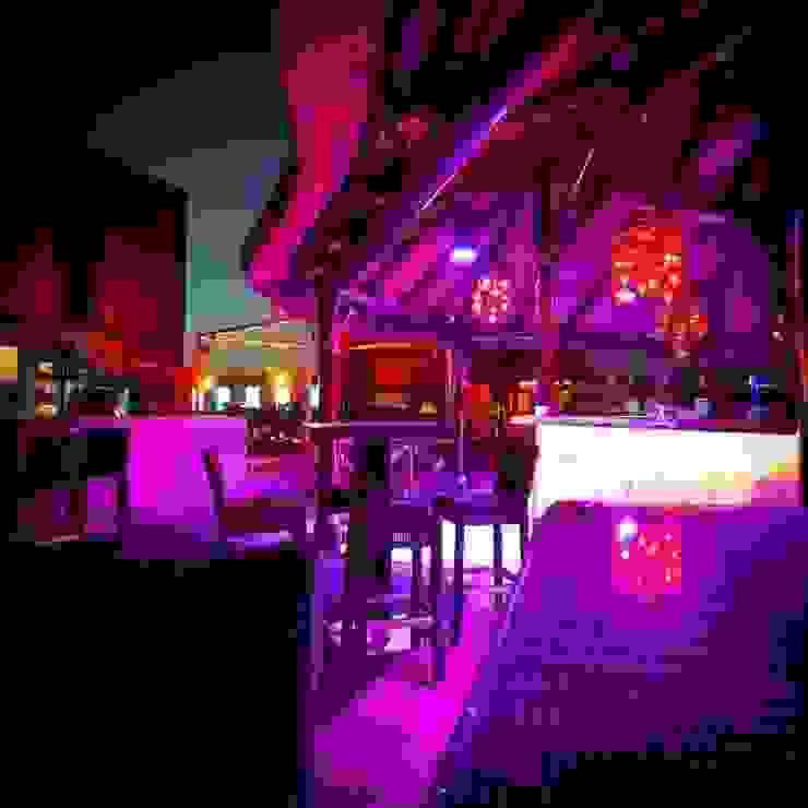 Pergola junco africano Bares y clubs de estilo tropical de GRUPO ROMERAL Tropical