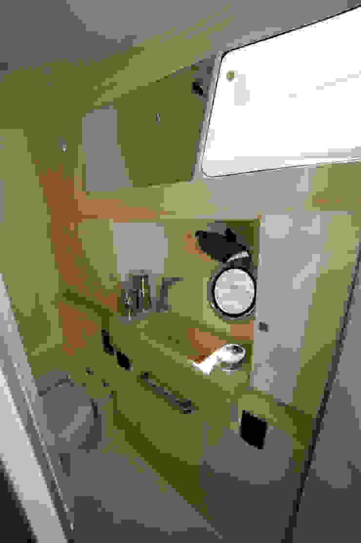 Banheiro social - HELENAROCHAarquitetura Iates e jatos modernos por HELENAROCHAarquitetura Moderno
